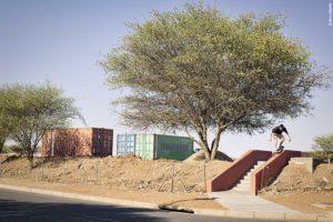 skater boris proust en frontside grind à Windhoek en Namibie